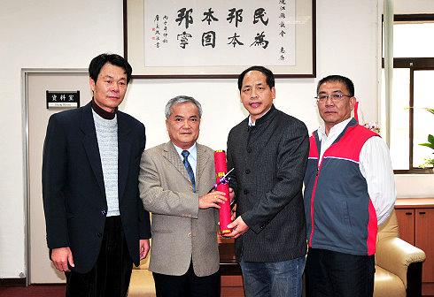 內政部代表來馬頒贈正副議長當選證書   照片