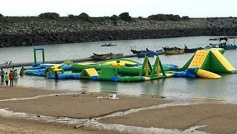全台第1座海上戲水平台 塘岐馬鼻灣組裝完成  照片